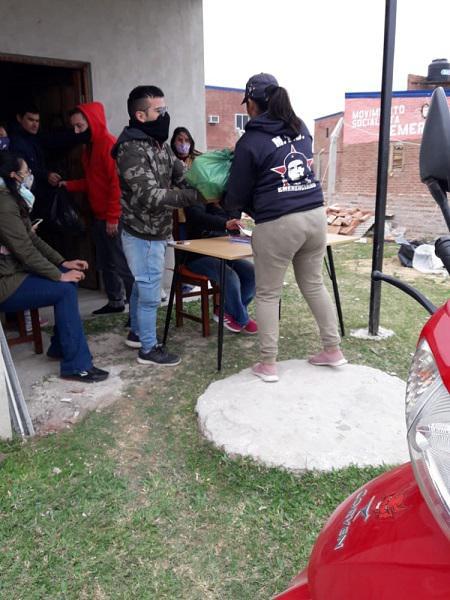 Cesar-Sena-entrega-alimentos-en-el-barrio-Emerenciano-20-09-02-103