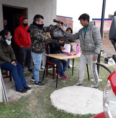Cesar-Sena-entrega-alimentos-en-el-barrio-Emerenciano-20-09-02-101